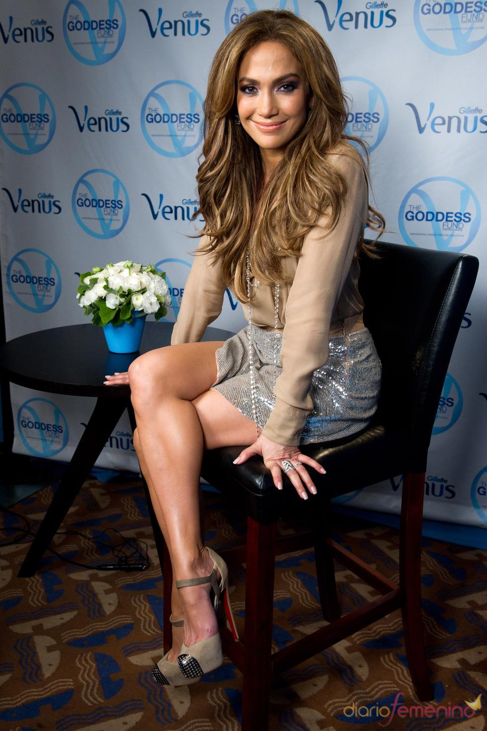 Jennifer López, feliz y enseñando muslo como imagen de Gillette Venus