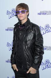Justin Bieber con gafas moradas