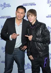 Justin Bieber con Jon M. Chu en la presentación de 'Never say never'