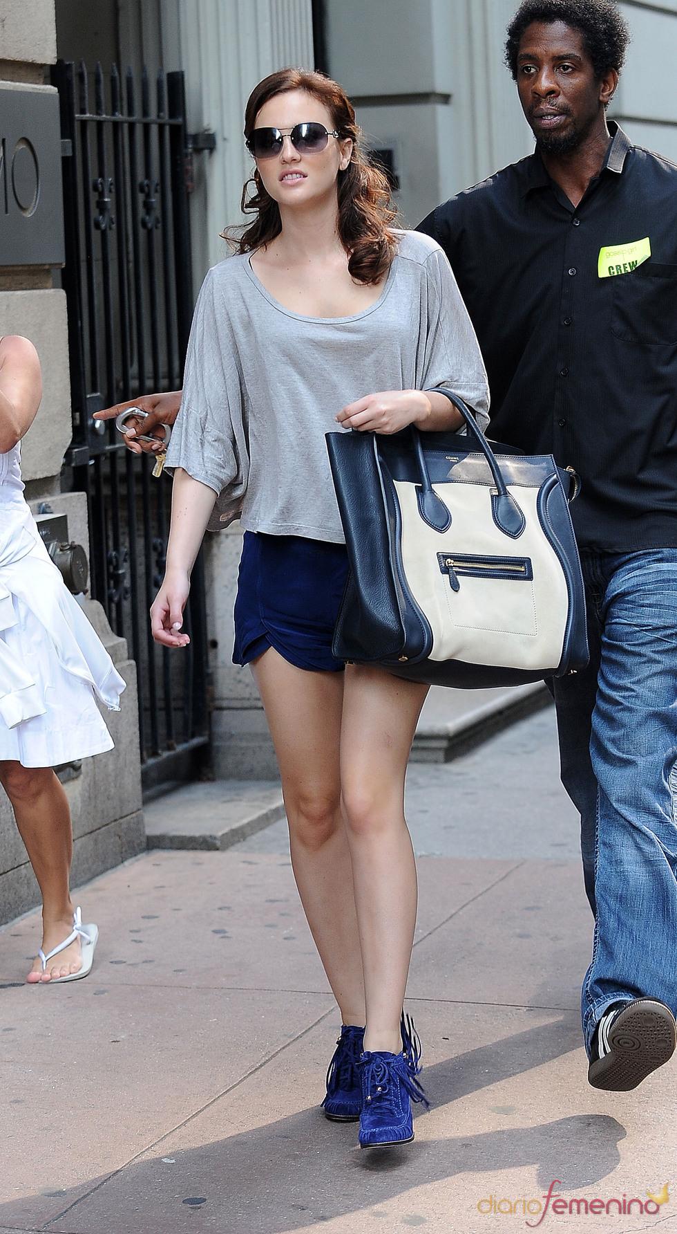 Leighton Meester con look casual en azul klein