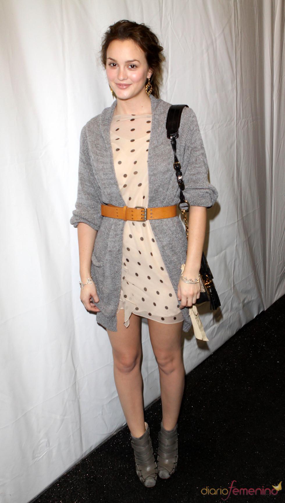 Leighton Meester con cardigan y cinturón
