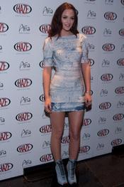 Leighton Meester con vestido ajustado en tonos azules