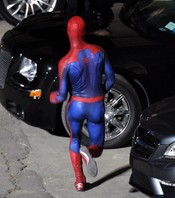 Andrew Garfield corriendo con el traje de Spiderman