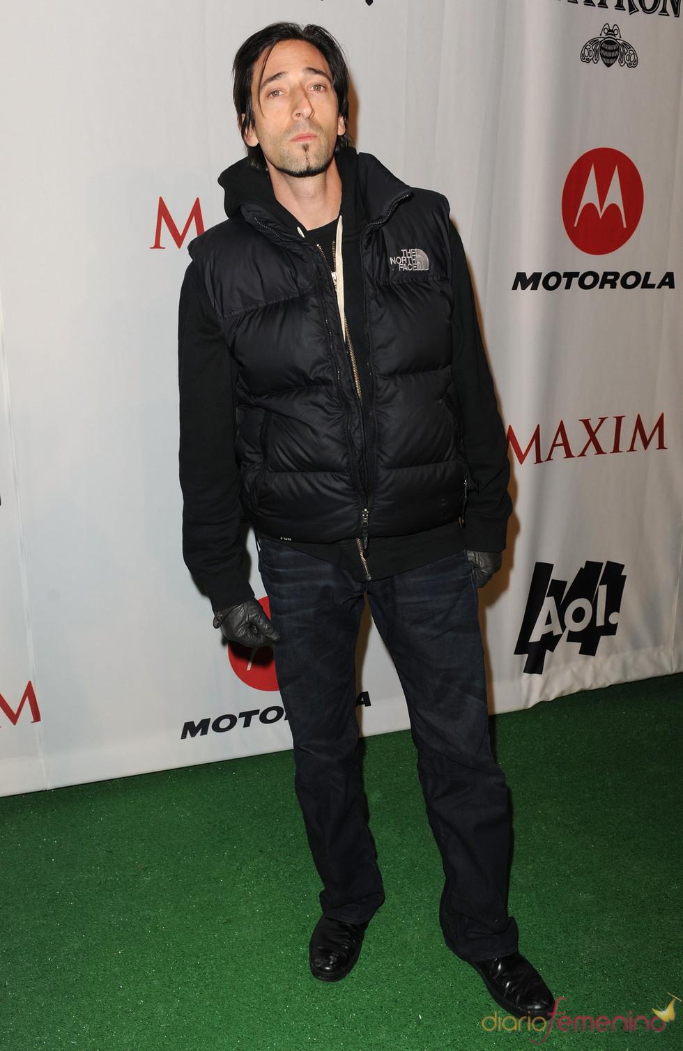 Adrien Brody no quiso perderse la fiesta previa a la Super Bowl 2011