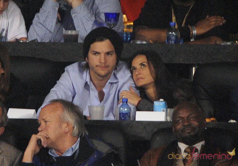 Ashton Kutcher y Demi Moore en la Superbowl