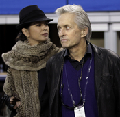 Michael Douglas y Catherine Zeta Jones en la Superbowl