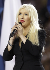 La cantante Christina Aguilera cantando en la Superbowl