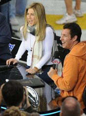 Jennifer Aniston y Adam Sandler en la Superbowl