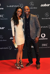 El futbolista Lucas Radebe y su pareja en la Laureus Welcome Party
