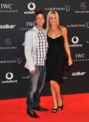 Ryan Sandes y su acompañante en la Laureus Welcome Party