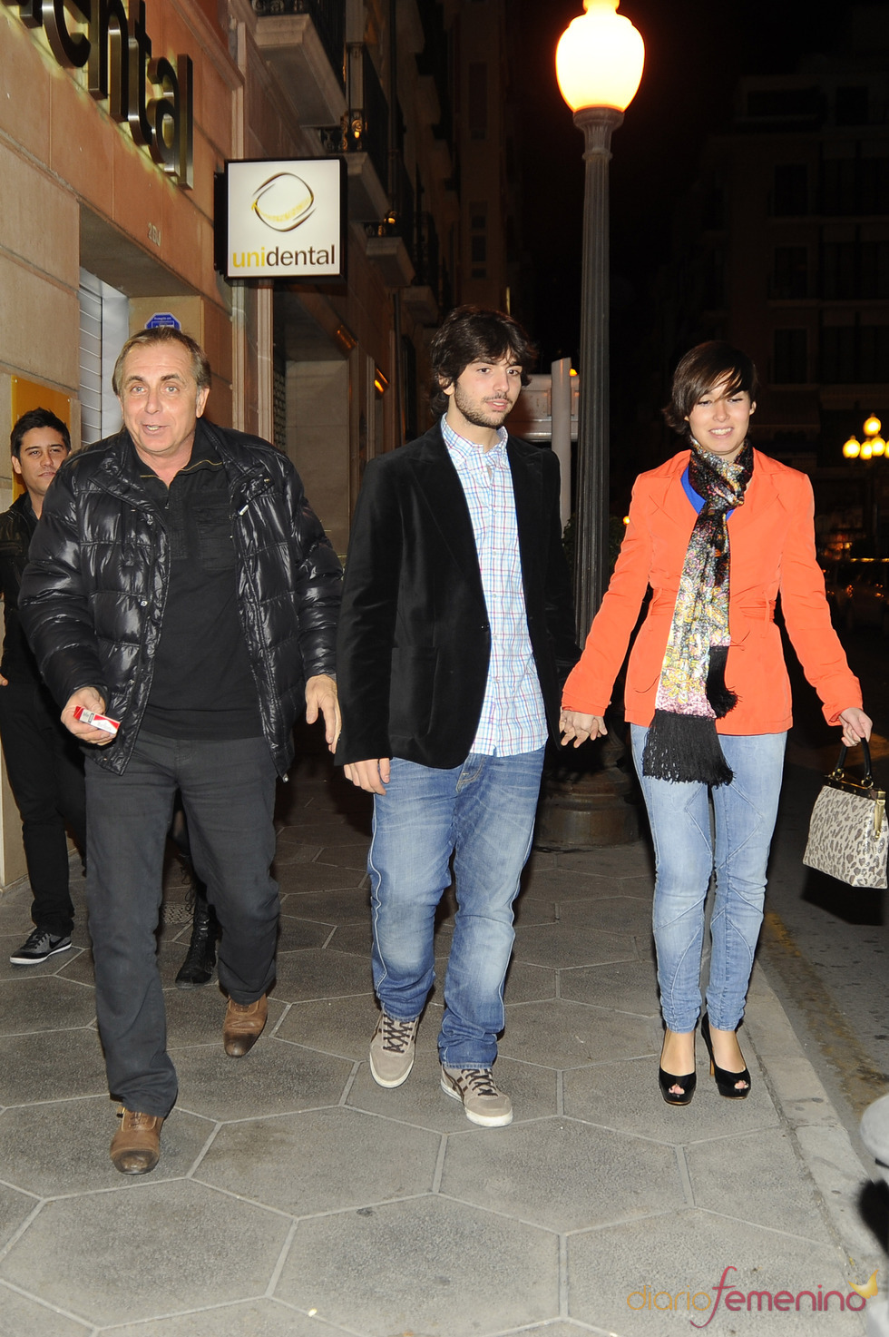 Guillermo Furiase, su hijo y la novia de este