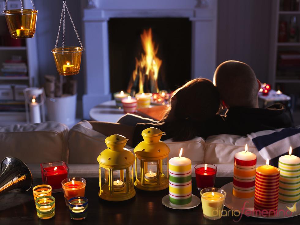 Pareja frente a la chimenea con velas decorativas de ikea for Fotos de chimeneas decorativas
