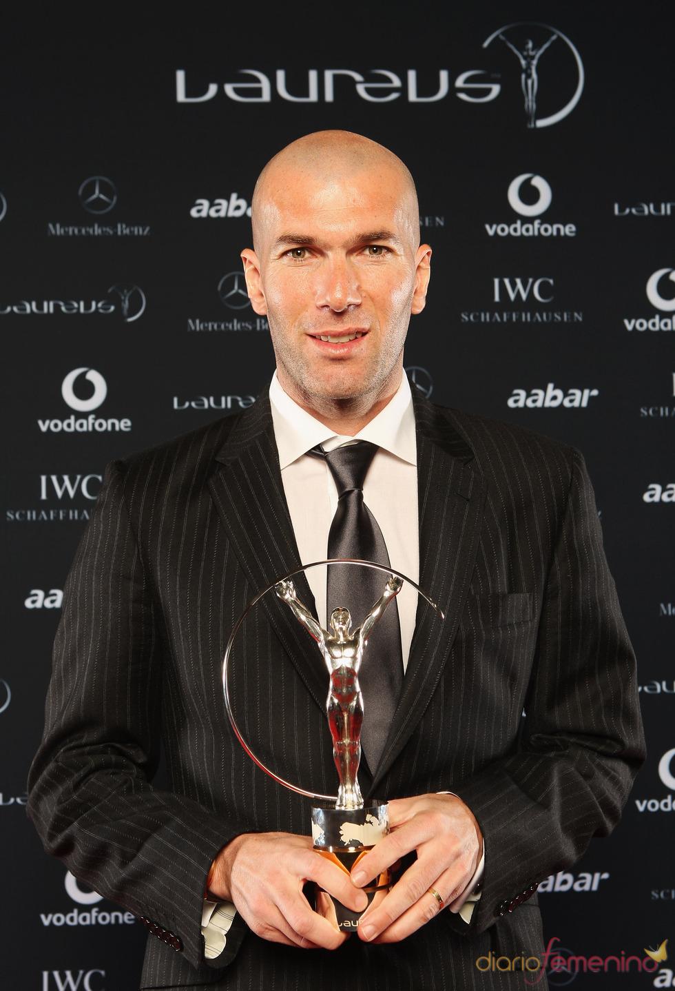 Zinedine Zidane con el Premio Laureus 2011