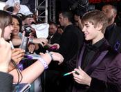 Justin Bieber, atento con sus fans en la premier de su película