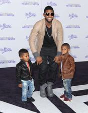Usher Raymon y sus hijos en la premier de la pelicula de Justin Bieber