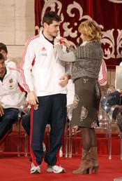 Esperanza Aguirre entrega a Iker Casillas la Medalla de Oro