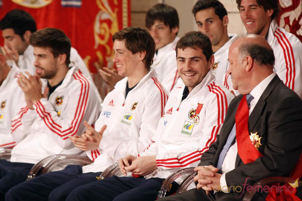 Los jugadores de la selección reciben emocionados la Medalla de Oro