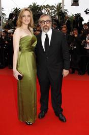 Carolina Bang y Álex de la Iglesia en el festival de Cannes