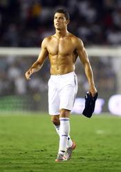 Cristiano Ronaldo luce su bronceado torso después de un partido