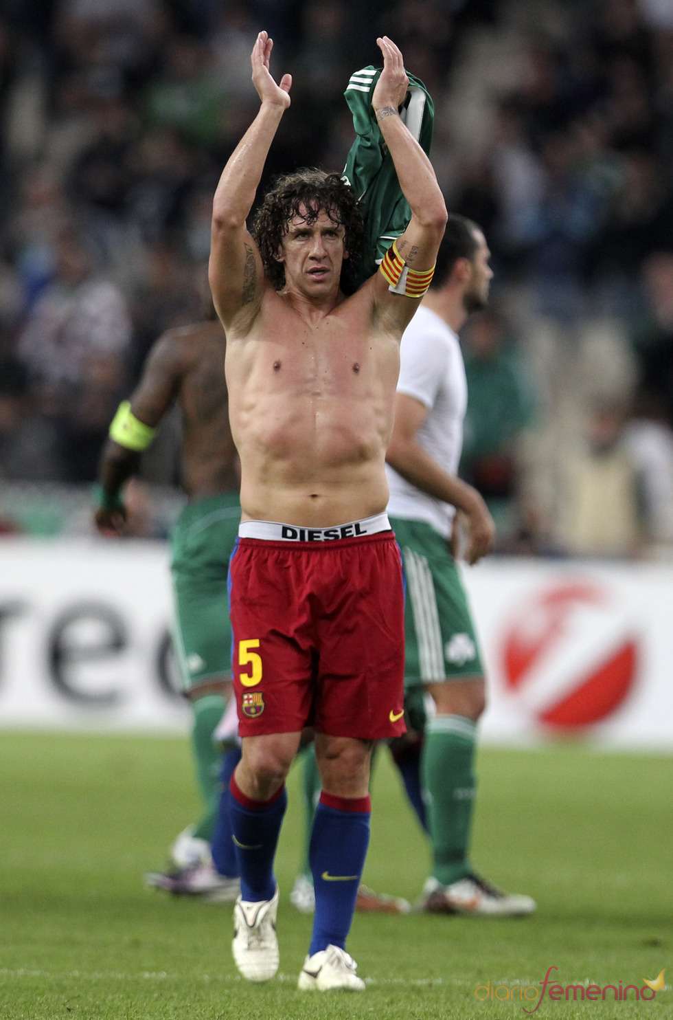 El capitán azulgrana Carles Puyol sin camiseta tras un partido
