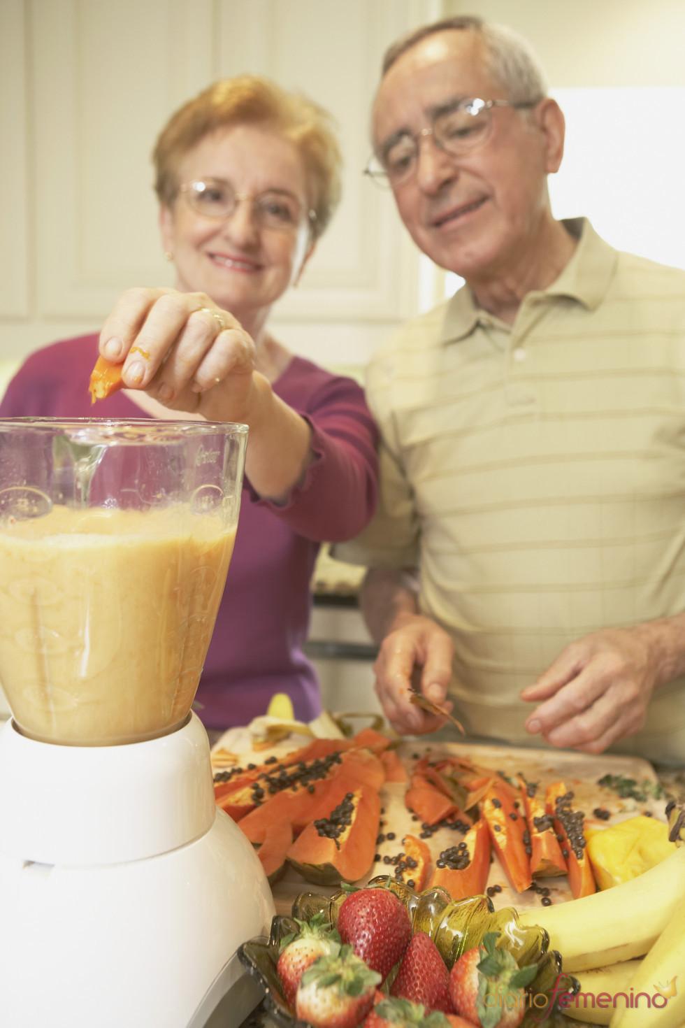 Ancianos llevando una dieta sana