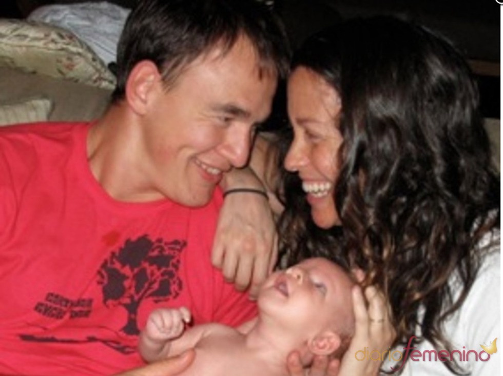 Alanis Morissette junto a su marido y su bebé