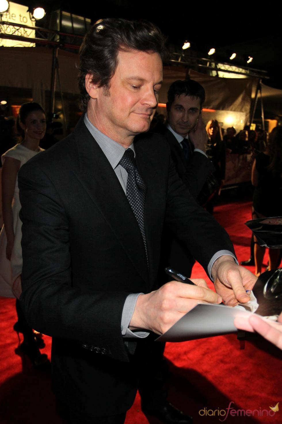Colin Firth atiende a sus fans en los premios Crítica de Londres 2011