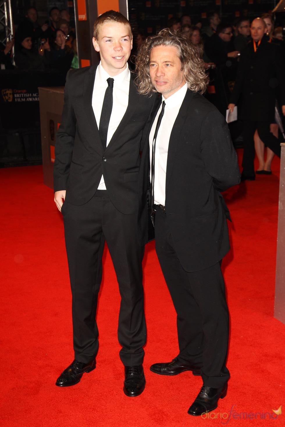 Will Poulter y Dexter Fletcher en la alfombra roja de los Bafta 2011