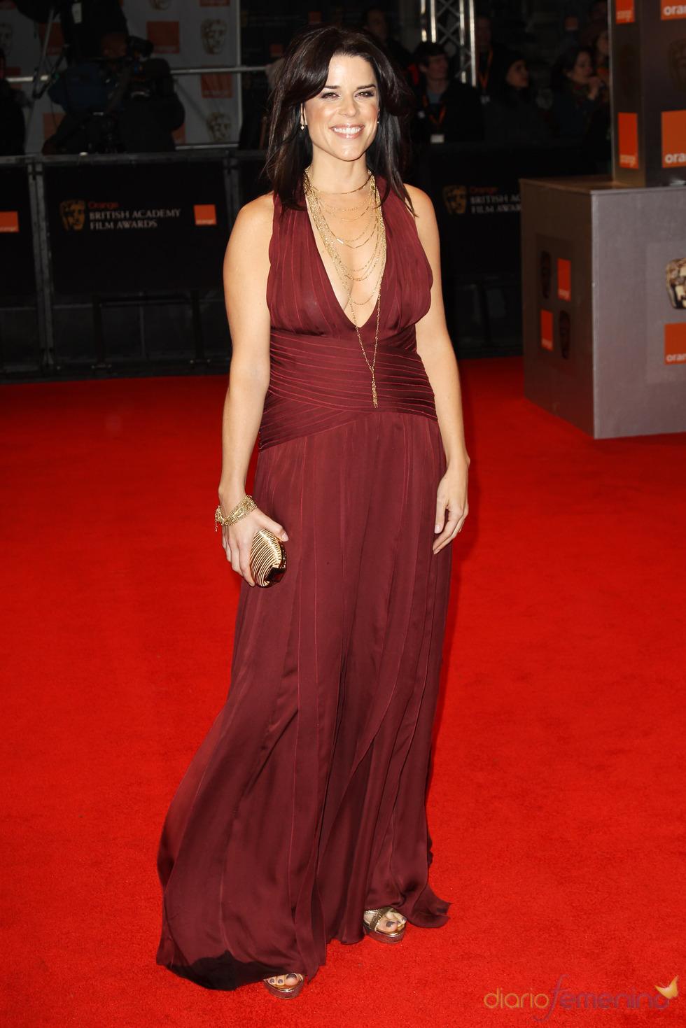Neve Campbell en la alfombra roja de los Bafta 2011