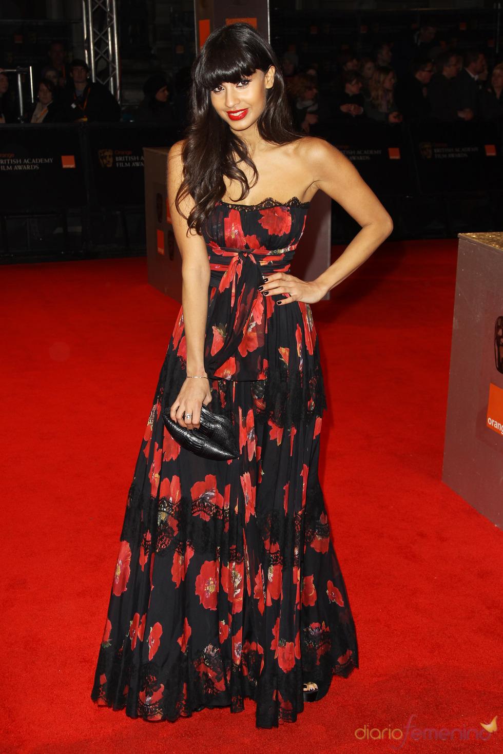 Jameela Jamil en la alfombra roja de los Bafta 2011