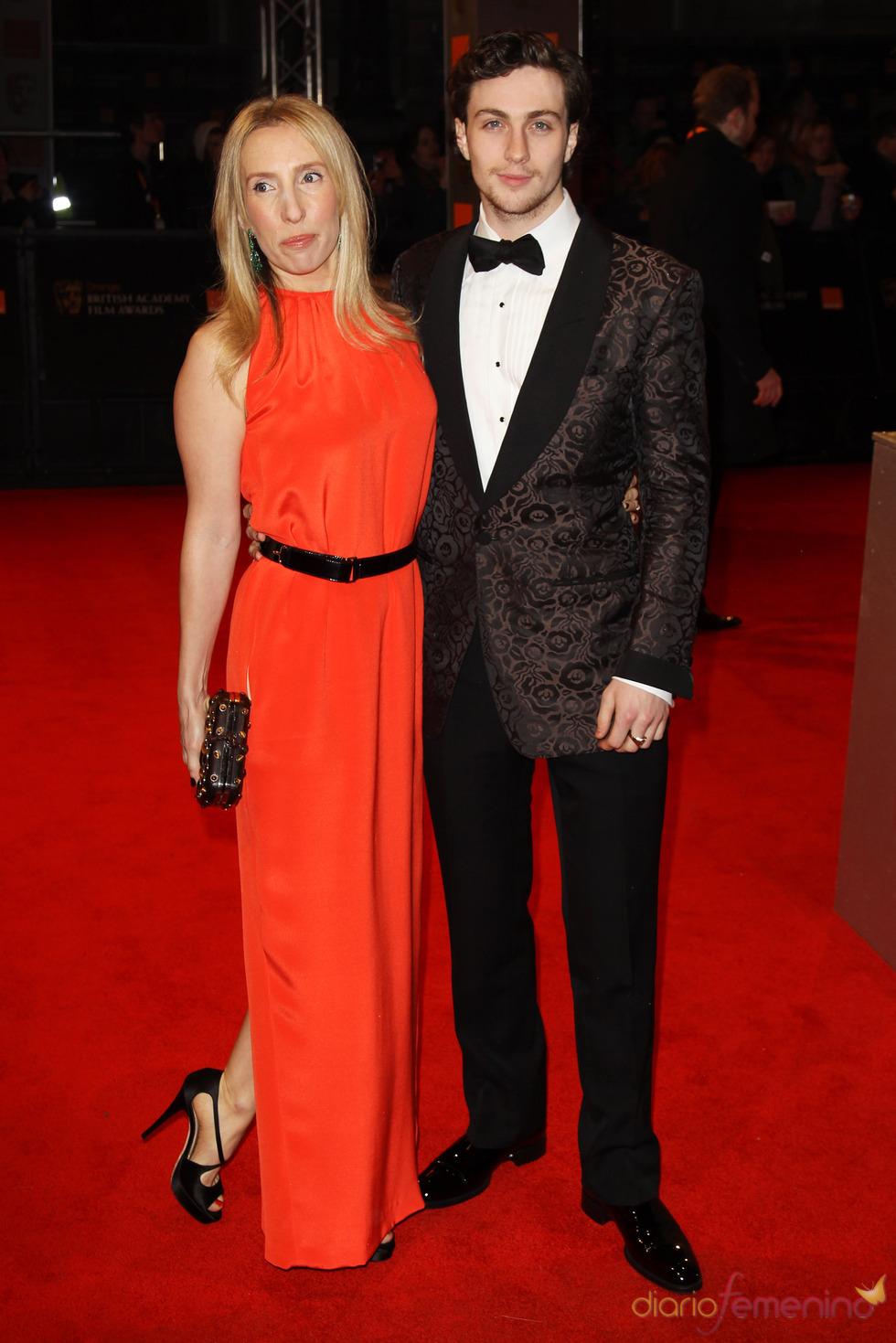 Sam Taylor Wood y Aaron Johnson en la alfombra roja de los Bafta 2011