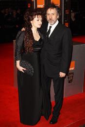 Helena Bonham Carter y Tim Burton en la alfombra roja de los Bafta 2011