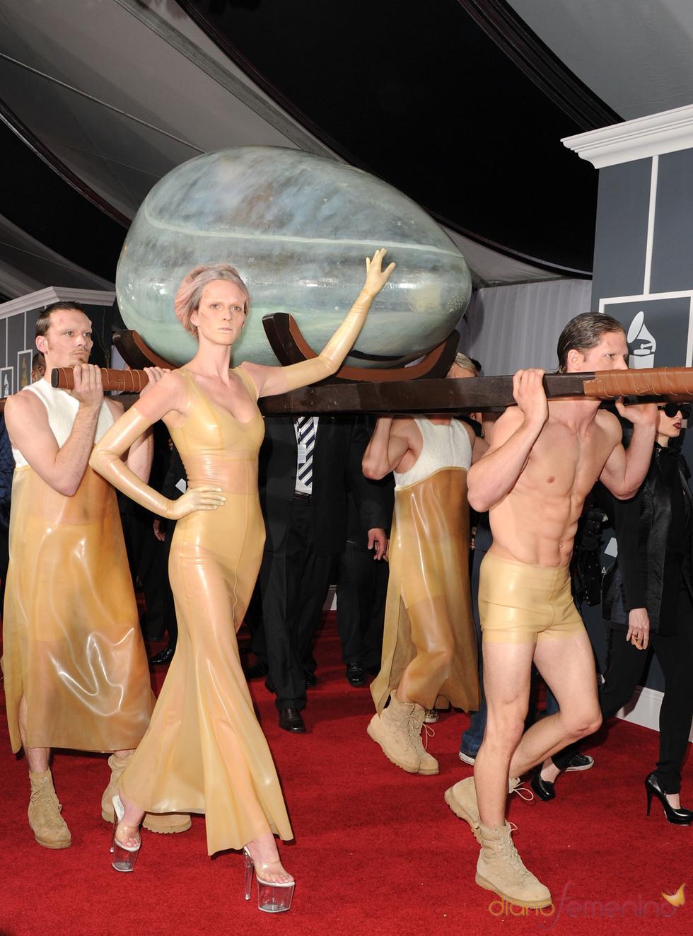 Lady Gaga llega a los Grammy 2011 en un huevo