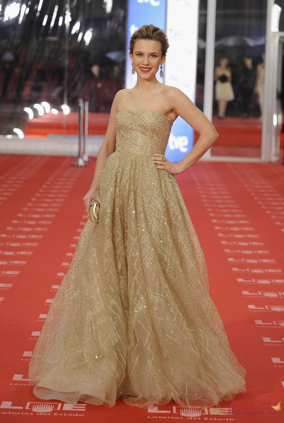 Aura Garrido en la alfombra roja de los Goya 2011