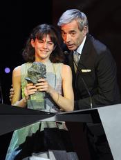 Marina Comas recibe el premio Goya de Imanol Arias