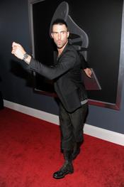 Adam Levine en los Grammy 2011