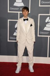 Justin Bieber, de smoking blanco en los Grammy 2011