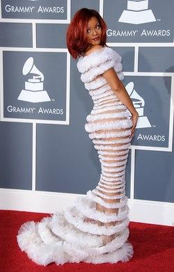 Rihanna inspirada en el look 'espumillón'