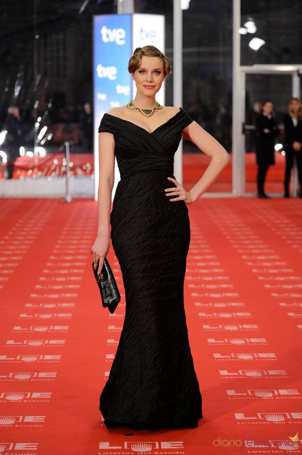 Carolina Bang espectacular en la alfombra roja de los Goya 2011