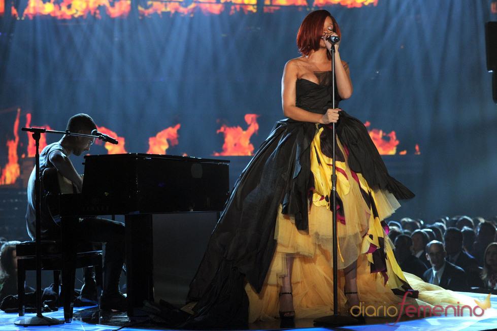 Espectacular vestido de Rihanna en la gala de los Grammy 2011
