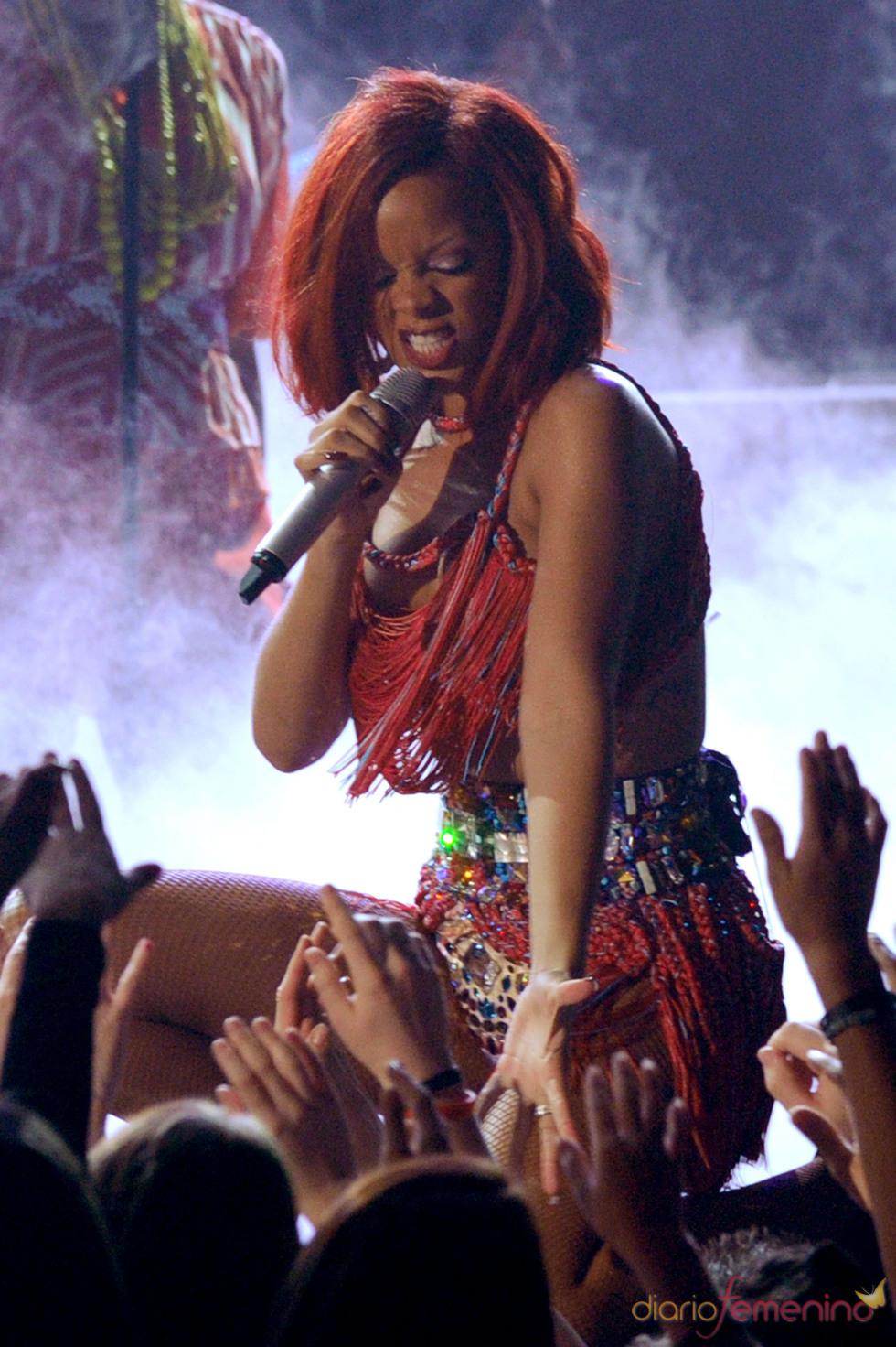 Rihanna volcada con el público en los Grammy 2011
