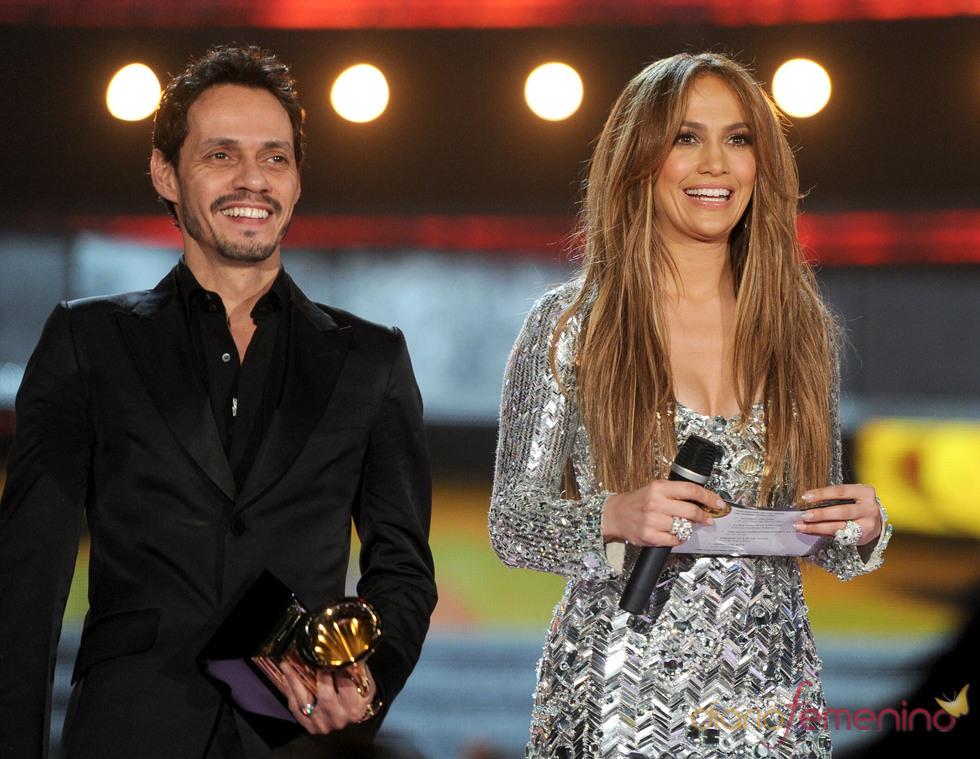 Marc Anthony y Jennifer López entregan un premio en los Grammy 2011