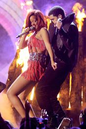 Rihanna baila con Drake en los Grammy 2011