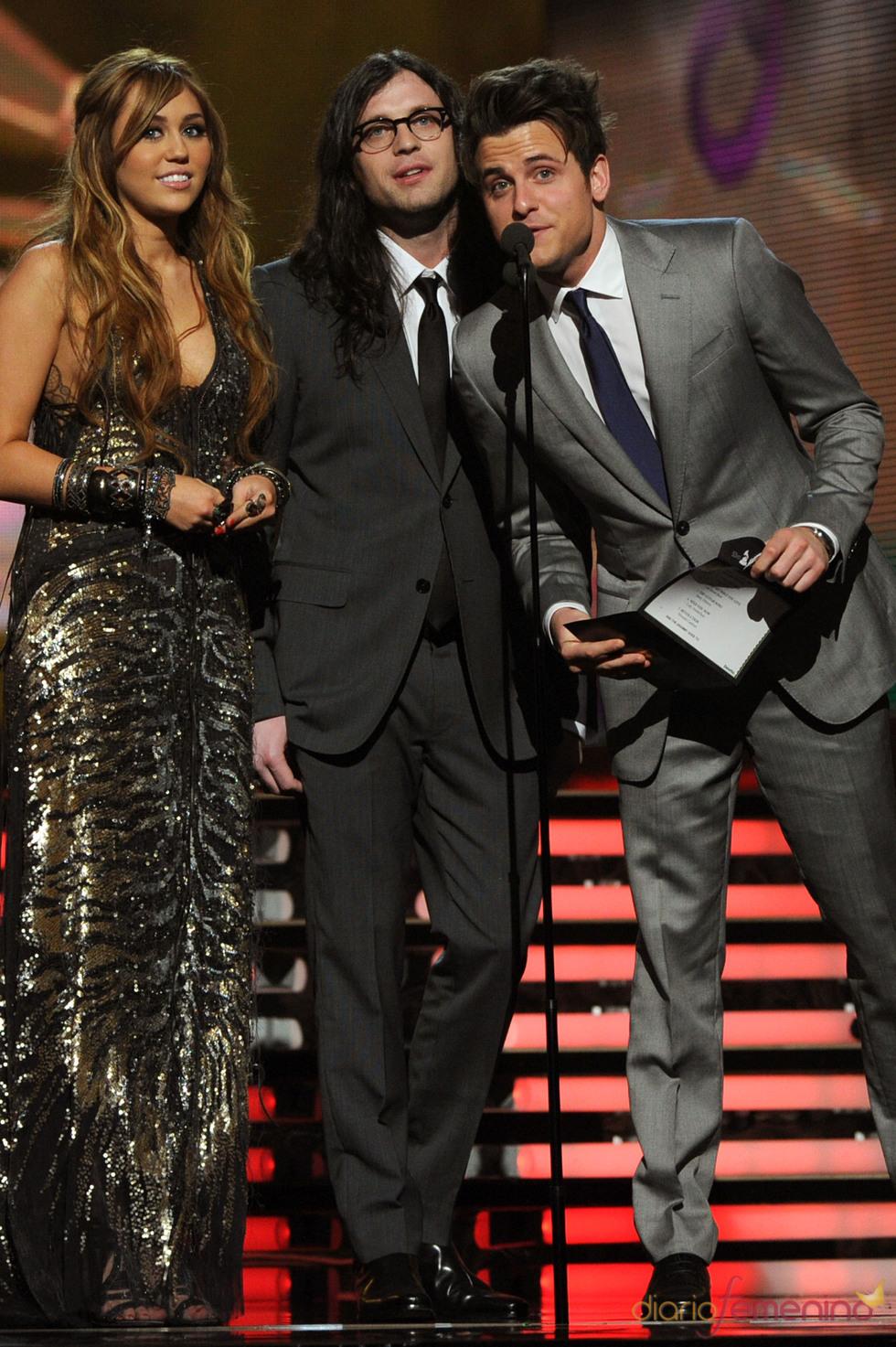 Miley Cyrus dio uno de los premios de los Grammy 2011