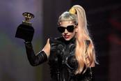 Lady Gaga con su gramófono en los Grammy 2011