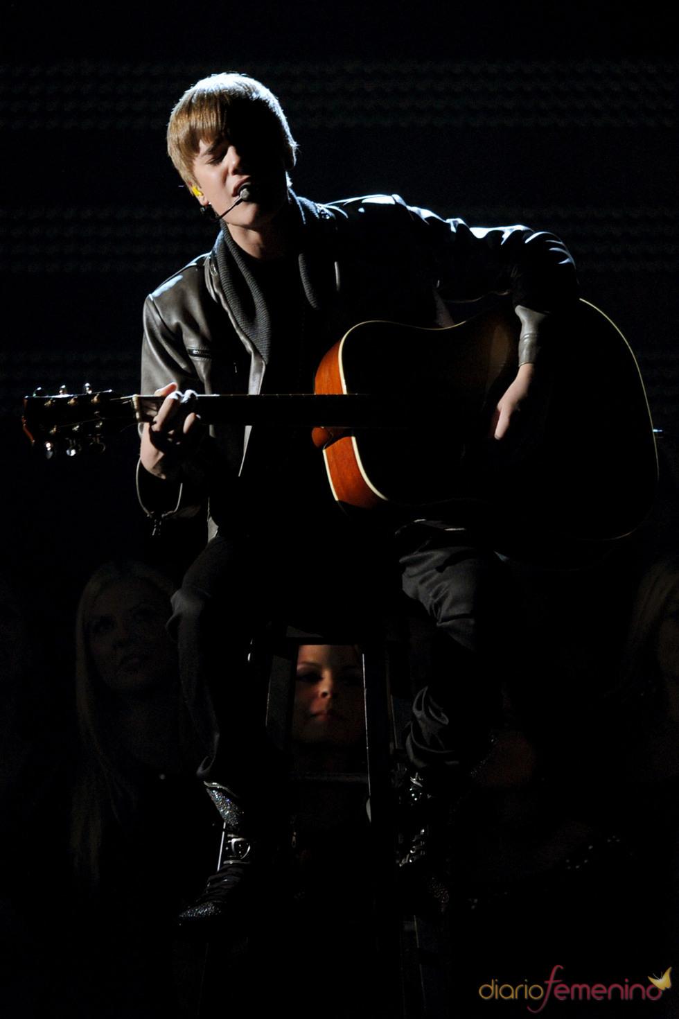 Justin Bieber canta 'Baby' en los Grammy 2011