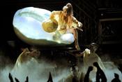 Lady Gaga sale de su huevo en los Grammy 2011