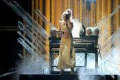 Lady Gaga cantando en los Grammy 2011