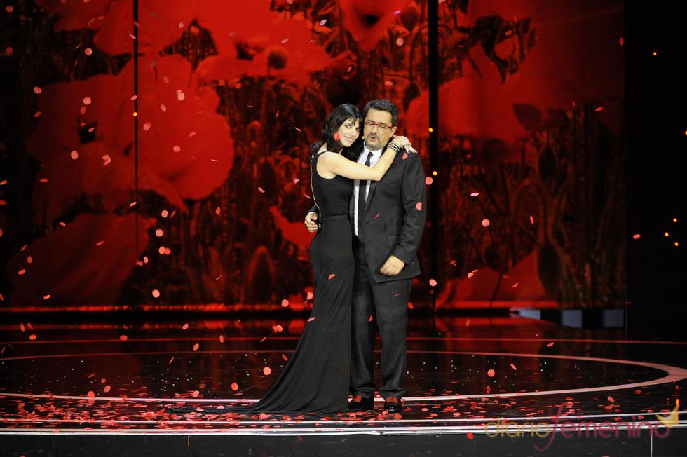 Buenafuente y Maribel Verdú abrazados en los Goya 2011