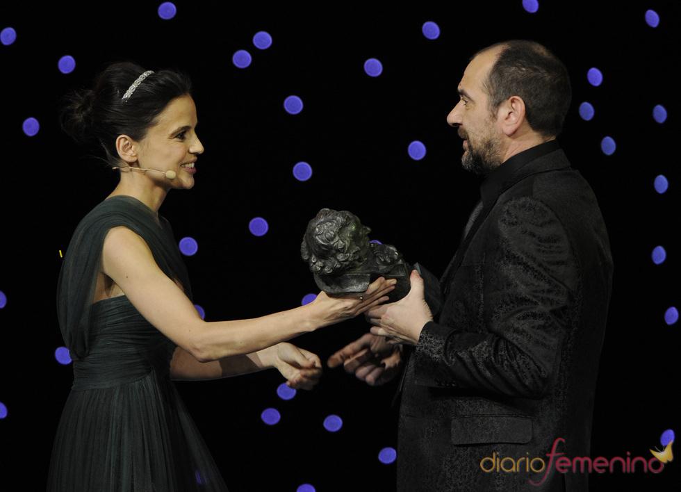 Elena Anaya entrega a Karra Elejalde un Goya 2011